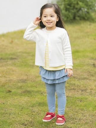 Comment porter: cardigan blanc, t-shirt à rayures horizontales jaune, leggings bleu clair, ballerines rouges