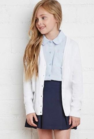 Cómo combinar: cárdigan blanco, camisa de vestir celeste, falda azul marino