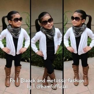 Cómo combinar: cárdigan blanco, camiseta negra, leggings negros, botas marrónes