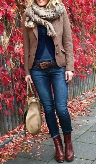 A blue t-shirt with navy skinny jeans has become an essential combination for many style-conscious girls. Dark brown leather booties are a good choice to complete the look.
