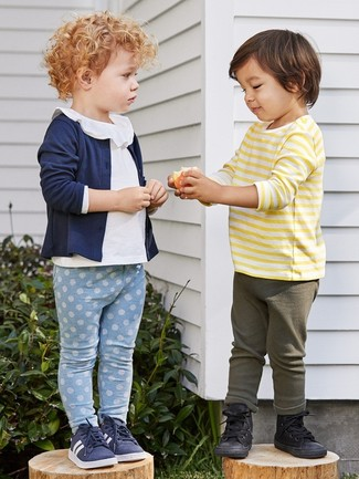 Comment porter: cardigan bleu marine, chemisier à manches longues blanc, leggings bleu clair, baskets bleu marine