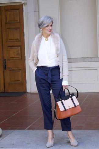 Cómo combinar: cárdigan gris, blusa de manga larga blanca, pantalón de pinzas de rayas verticales azul marino, zapatos de tacón de ante grises