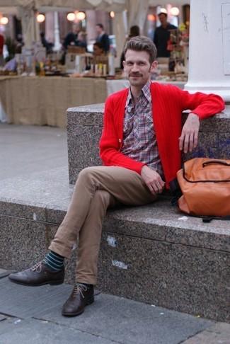 Cómo combinar: cárdigan rojo, camisa de manga larga de tartán roja, pantalón chino marrón, zapatos brogue de cuero en marrón oscuro