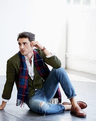 Cómo combinar: cárdigan verde oliva, camisa de manga larga blanca, vaqueros desgastados azules, mocasín de cuero marrón
