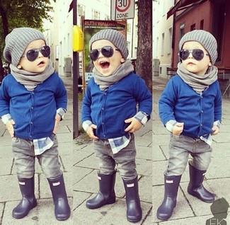 Cómo combinar: cárdigan azul, camisa de manga larga azul, vaqueros grises, botas de lluvia negras