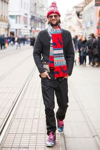 Elige un cárdigan de punto en gris oscuro y unas gafas de sol para una apariencia fácil de vestir para todos los días. Zapatillas altas en multicolor añaden un toque de personalidad al look.