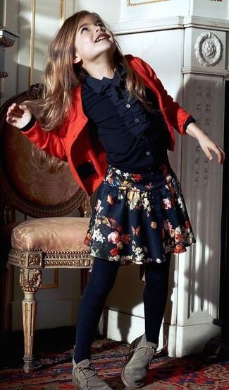 Cómo combinar: cárdigan rojo, camisa de vestir azul marino, falda con print de flores azul marino, botas safari grises