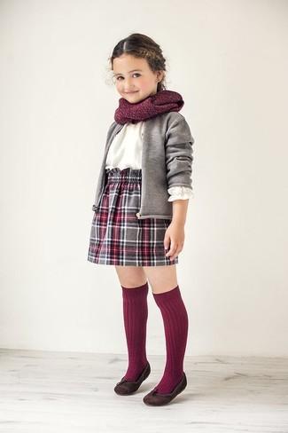 Cómo combinar: cárdigan gris, camisa de vestir blanca, falda de tartán gris, bailarinas en marrón oscuro