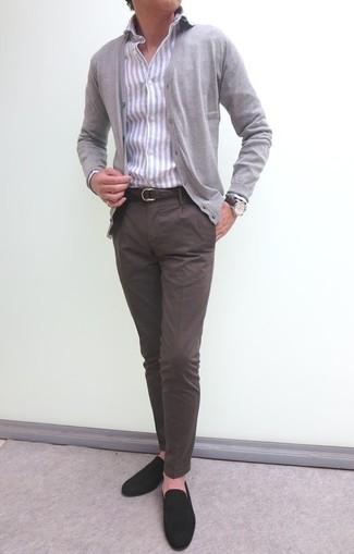 Cómo combinar: cárdigan gris, camisa de vestir de rayas verticales gris, pantalón chino en marrón oscuro, mocasín de ante en marrón oscuro