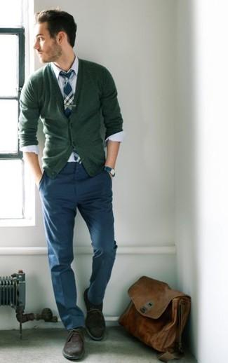 Cómo combinar: cárdigan verde oliva, camisa de vestir blanca, pantalón chino azul marino, botas safari de ante marrónes