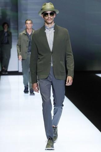 Cómo combinar: cárdigan verde oliva, camisa de vestir gris, pantalón de vestir azul, zapatos derby de cuero verde oliva