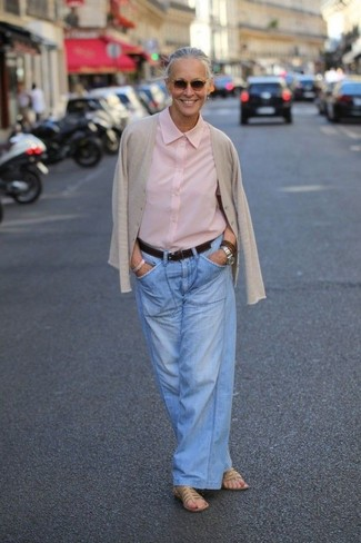 Cómo combinar: cárdigan en beige, camisa de vestir rosada, pantalones anchos vaqueros celestes, sandalias planas de cuero marrón claro