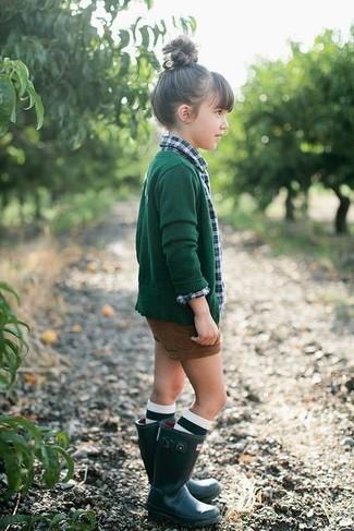 Look de moda: Cárdigan verde oscuro, Camisa de vestir de tartán verde, Pantalones cortos marrónes, Botas de lluvia verde oscuro