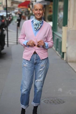 Cómo combinar: cárdigan rosado, camisa de vestir celeste, vaqueros boyfriend desgastados celestes, botines de elástico negros