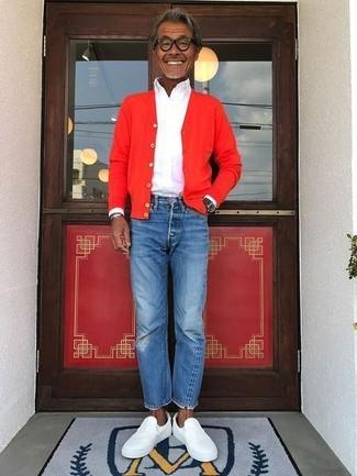 Cómo combinar: cárdigan rojo, camisa de vestir blanca, vaqueros azules, zapatillas slip-on de cuero blancas