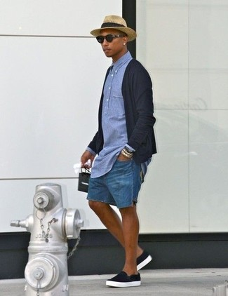Cómo combinar: cárdigan negro, camisa polo de cambray azul, pantalones cortos vaqueros azules, zapatillas slip-on negras