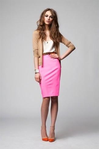Cómo combinar: cárdigan marrón claro, camiseta con cuello circular blanca, falda lápiz rosa, zapatos de tacón naranjas