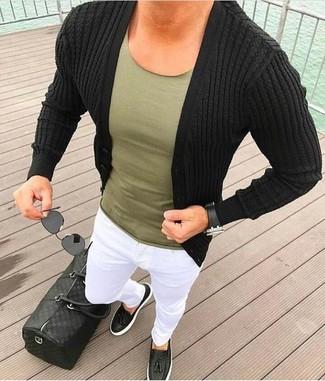 Cómo combinar: cárdigan negro, camiseta con cuello circular verde oliva, pantalón chino blanco, mocasín con borlas de cuero negro