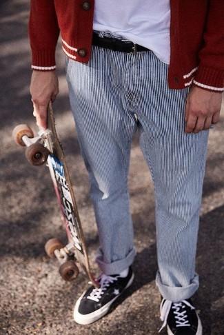Cómo combinar: cárdigan rojo, camiseta con cuello circular blanca, pantalón chino de rayas verticales en blanco y azul marino, tenis de lona negros