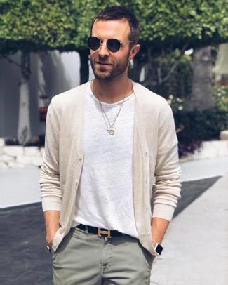 Cómo combinar: cárdigan en beige, camiseta con cuello circular blanca, pantalón chino en verde menta, correa de cuero negra