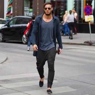 Cómo combinar: cárdigan en gris oscuro, camiseta con cuello circular en gris oscuro, pantalón de chándal en marrón oscuro, alpargatas de lona negras