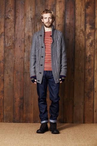 Cómo combinar: cárdigan de punto en gris oscuro, camiseta con cuello circular de rayas horizontales en rojo y blanco, vaqueros azul marino, botas casual de cuero en marrón oscuro