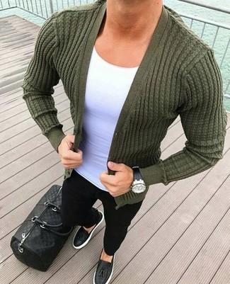 Cómo combinar: cárdigan verde oliva, camiseta con cuello circular blanca, vaqueros pitillo negros, mocasín con borlas de cuero negro