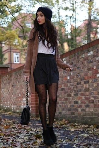 Para crear una apariencia para un almuerzo con amigos en el fin de semana ponte un cárdigan de punto marrón y una minifalda plisada negra. Elige un par de botines de ante negros para destacar tu lado más sensual.