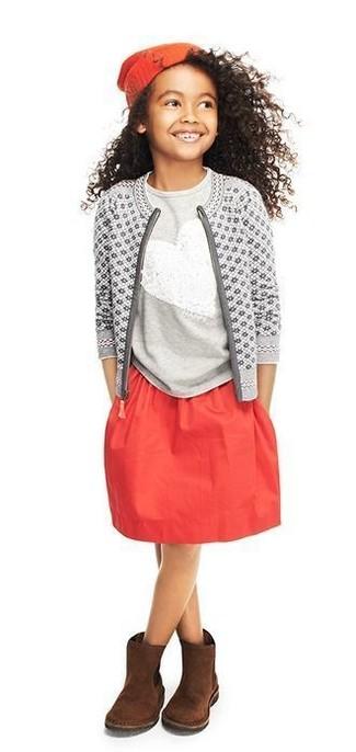 Cómo combinar: cárdigan estampado gris, camiseta de lentejuelas gris, falda roja, botas ugg en marrón oscuro