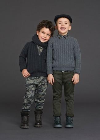 Cómo combinar: cárdigan en gris oscuro, camiseta estampada gris, pantalón de chándal estampado gris, botas en marrón oscuro