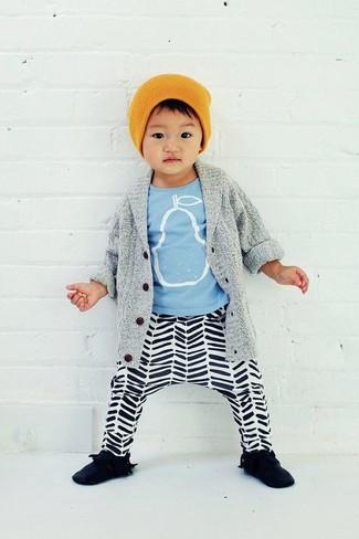 Cómo combinar: cárdigan gris, camiseta estampada celeste, pantalón de chándal de rayas horizontales en blanco y negro, zapatillas negras