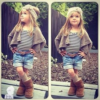 Cómo combinar: cárdigan marrón, camiseta de rayas horizontales blanca, pantalones cortos vaqueros azules, botas ugg marrónes