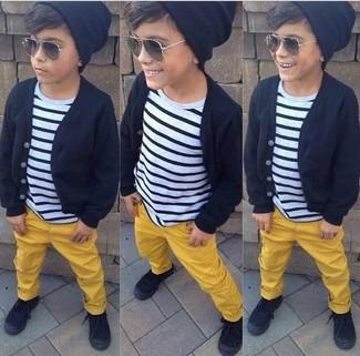 Cómo combinar: cárdigan negro, camiseta de rayas horizontales en blanco y negro, pantalones amarillos, zapatillas negras