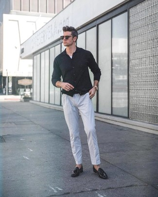 Cómo combinar: cárdigan negro, camiseta sin mangas blanca, pantalón de vestir de lino gris, mocasín con borlas de cuero negro