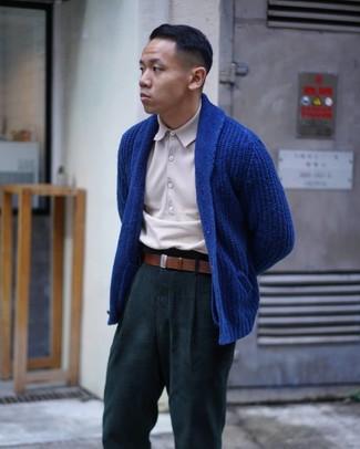 Cómo combinar: cárdigan con cuello chal azul, camisa polo en beige, pantalón chino verde oscuro, correa de cuero marrón
