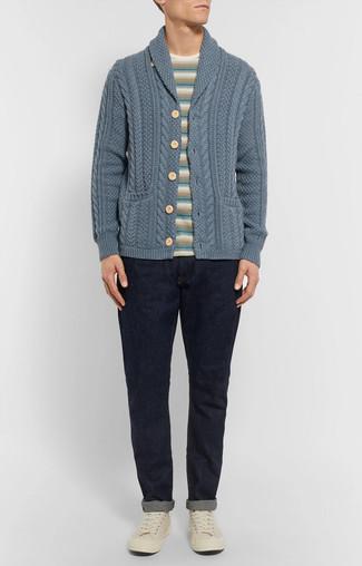Cómo combinar: cárdigan con cuello chal azul, camiseta con cuello circular de rayas horizontales en beige, vaqueros azul marino, tenis de lona en beige