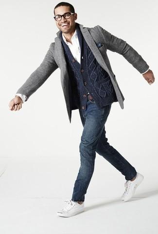 Cómo combinar: cárdigan con cuello chal azul marino, blazer de lana gris, camisa de manga larga blanca, vaqueros azul marino