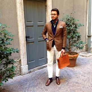 Cómo combinar: cárdigan con cuello chal azul marino, blazer de tartán marrón, camisa de manga larga gris, vaqueros blancos