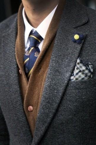 Cómo combinar: cárdigan con cuello chal marrón, blazer en gris oscuro, camisa de vestir blanca, corbata estampada azul marino