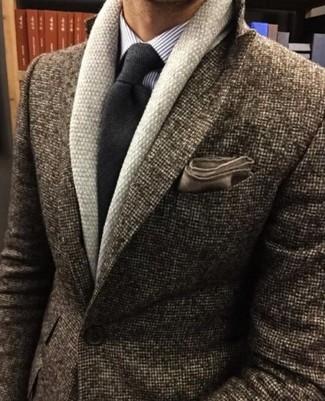 Cómo combinar: cárdigan con cuello chal en beige, blazer de lana marrón, camisa de vestir de rayas verticales violeta claro, corbata de lana en gris oscuro