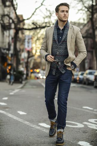 Cómo combinar: cárdigan con cuello chal de grecas alpinos negro, blazer de lana en beige, camisa vaquera azul marino, vaqueros pitillo azul marino