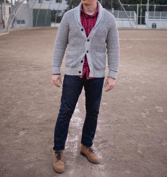 Cómo combinar: cárdigan con cuello chal gris, camisa de manga larga de franela a cuadros roja, camiseta con cuello circular negra, vaqueros azul marino