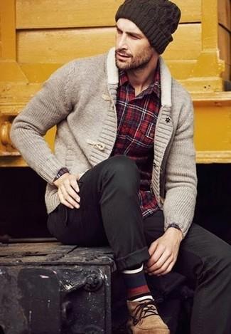 Cómo combinar: cárdigan con cuello chal gris, camisa de manga larga de tartán roja, pantalón chino negro, botas safari de ante marrón claro