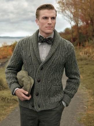 Cómo combinar: cárdigan con cuello chal verde oliva, camisa de manga larga gris, pantalón de vestir de lana en gris oscuro, gorra inglesa de tartán marrón claro