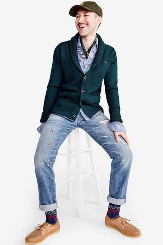 Cómo combinar: cárdigan con cuello chal verde oscuro, camisa de manga larga de rayas verticales en blanco y azul, vaqueros desgastados celestes, náuticos de cuero marrón claro