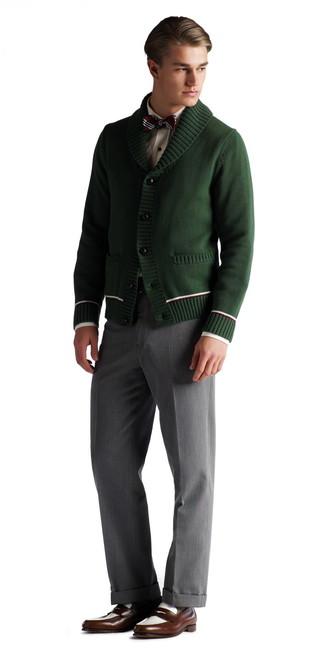 Cómo combinar: cárdigan con cuello chal verde oscuro, camisa de vestir blanca, pantalón de vestir gris, mocasín de cuero en marrón oscuro