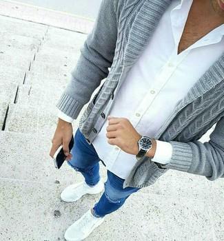 Cómo combinar: cárdigan con cuello chal gris, camisa de vestir blanca, vaqueros pitillo desgastados azules, deportivas blancas