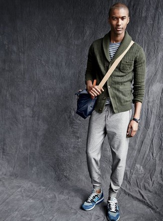 Cómo combinar: cárdigan con cuello chal verde oscuro, camiseta con cuello circular de rayas horizontales gris, pantalón de chándal gris, tenis de ante azules