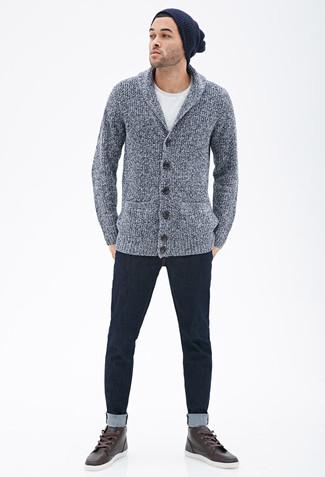 Cómo combinar: cárdigan con cuello chal gris, camiseta con cuello circular blanca, vaqueros azul marino, zapatillas altas de cuero en marrón oscuro