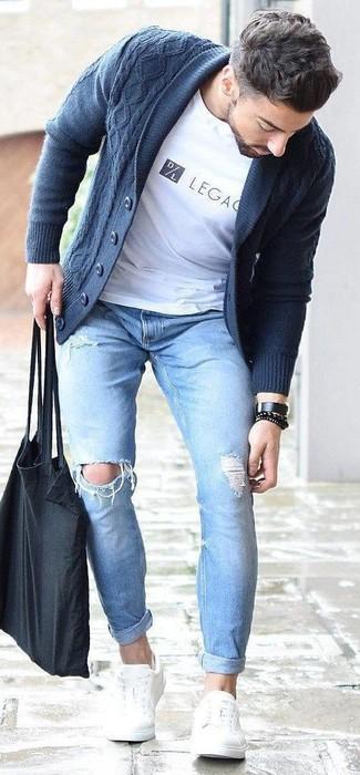Look de moda: Cárdigan con cuello chal azul marino, Camiseta con cuello circular estampada blanca, Vaqueros pitillo desgastados celestes, Tenis de cuero blancos